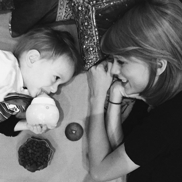 taylor swift entertains her youngest fan yet with chocolate chips see the pic celebs media. Black Bedroom Furniture Sets. Home Design Ideas